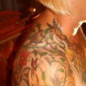 tatuaż motyle i kwiaty na ramieniu