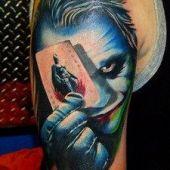 tatuaż jokera na ramieniu