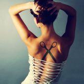 tatuaż nożyczki na plecach