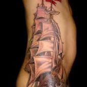 tatuaż żaglowiec na boku
