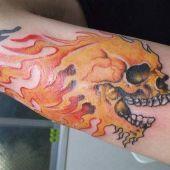 tatuaże na ręce czaszka i płomienie