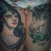 tatuaże na udzie koń i kobieta