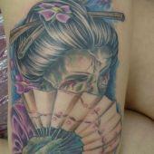 tatuaż na udzie geisha