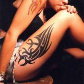 tatuaże tribal na udzie