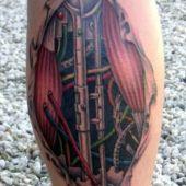 tatuaż biomechaniczny na nodze