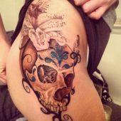 tatuaż na biodrze czaszka