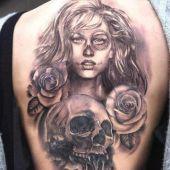tatuaż kobiety czaszki i róż