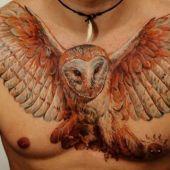 tatuaże na piersi sowa