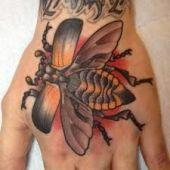 tatuaż pszczoła na dłoni
