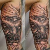 tatuaż demona na nodze