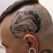 tatuaż pies na głowie