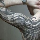 tatuaże męskie niesamowite skrzydło