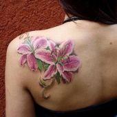 tatuaż lilie na plecach