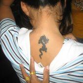 tatuaż mały smok na szyi