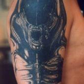 tatuaż alien na ramieniu