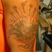 tatuaż anioł na ramieniu
