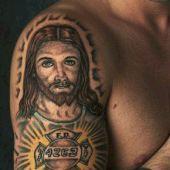 tatuaż Chrystus na ramieniu
