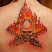 tatuaż czaszka i płomienie na plecach