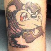 tatuaż diabeł tasmański na nodze