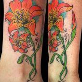 tatuaż kwiaty lili na nogach