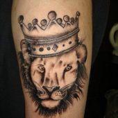 tatuaż lew w koronie