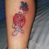 tatuaż m&m's na nodze