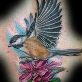 tatuaż ptak i kwiaty