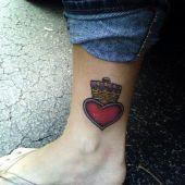 tatuaż serce z koroną na nodze
