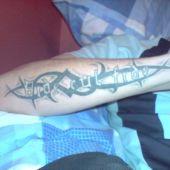 tatuaż tribal i napis na ręce