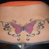 tatuaż motyl nad tyłeczkiem