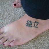tatuaż chińskie znaki na stopie