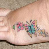 tatuaż motyl z kwiatami na stopie