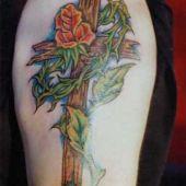 krzyż z rośliną tatuaż