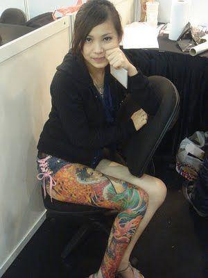 chiński tatuaż na nodze