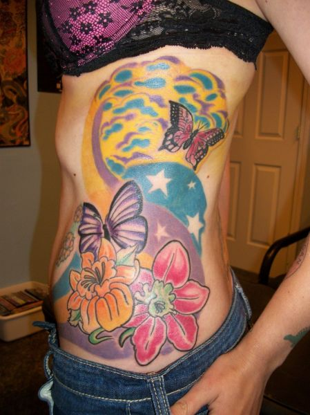 tatuaże na boku kwiaty i motyle