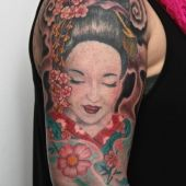 tatuaż geisha na ramieniu