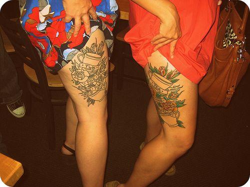 tatuaże na udzie róże