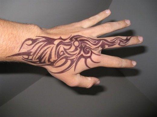 tatuaż tribal na dłoni