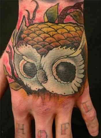 tatuaże na dłoni sowa
