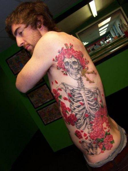 tatuaże na boku czaszka